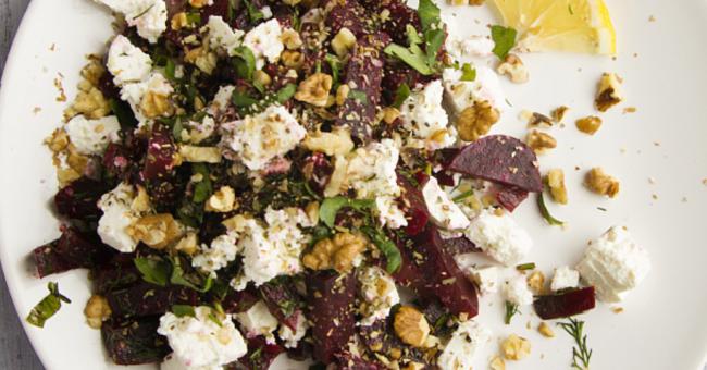 Питательный и яркий новогодний салат из орехов, свёклы и феты