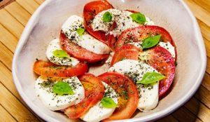 Салат с помидорами, моцареллой и базиликом