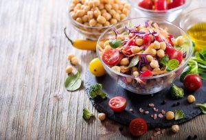 салат «Новогодний салют» – салат из нута и овощей
